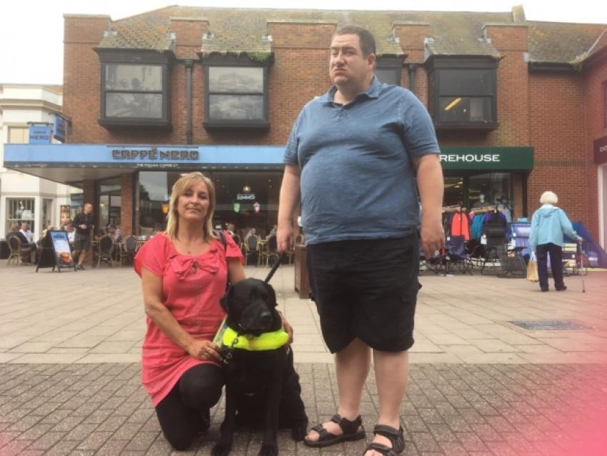 La catena Caffè Nero rifiuta l'acqua ad un cane guida: associazioni animaliste in rivolta